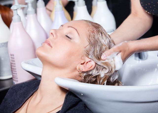 vlasy-myti-kadernice-kosmetika-sampon
