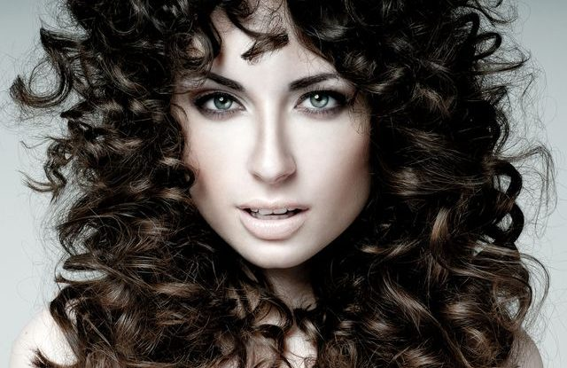 vlnité vlasy, kudrnaté vlasy