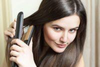 Jak žehlit vlasy a nezničit je