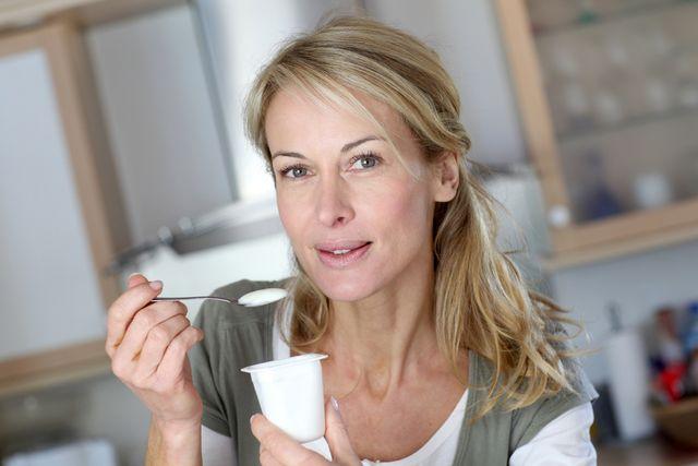 zena-jidlo-jogurt-jezeni