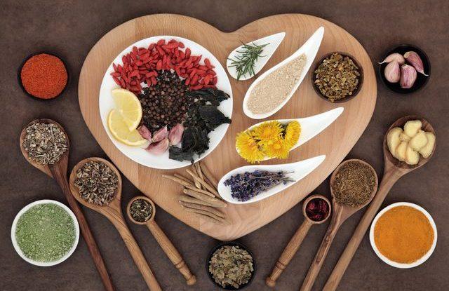 jaky je rozdíl mezi bylinkou a kořením