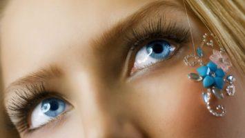 Co prozradí modrá barva očí
