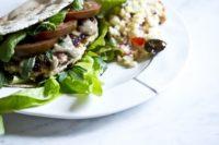 Recept na krůtí hamburgery z mletého masa, sýru feta a oliv. Zpestřete si grilování