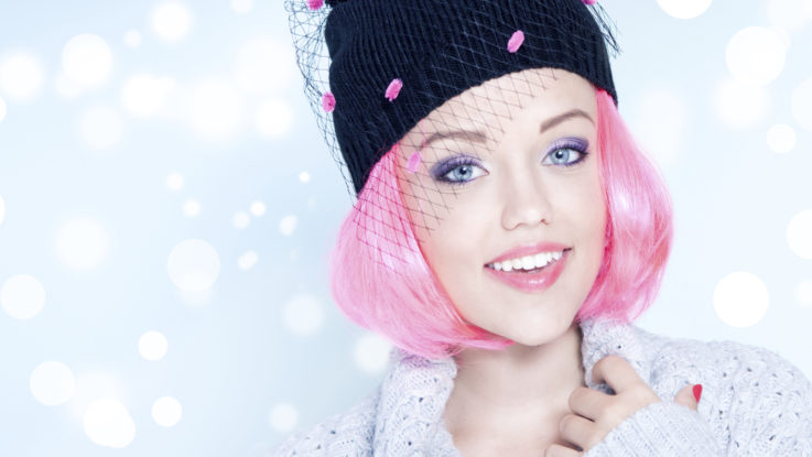 růžové vlasy, mikado, účes