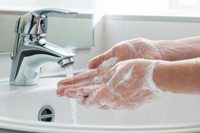 Mytí rukou po záchodě
