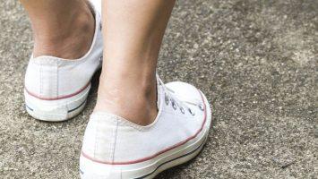 Atletická noha a boty bez ponožek
