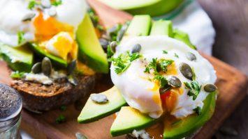 Sandwich s avokádem a ztraceným vejcem