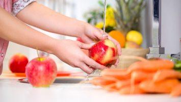 Usazují se pesticidy ve slupkách ovoce a zeleneiny?
