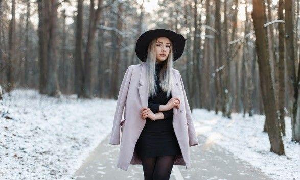 Šedý kabát na kompletně černém oblečení je jednoduchý a působivý trik