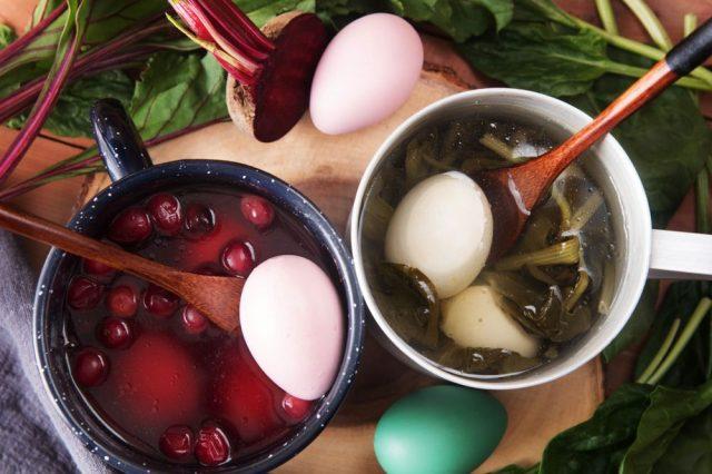 Barvení vajec červenou řepou
