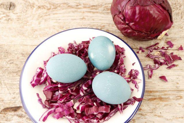 Barvení vajec červeným zelím