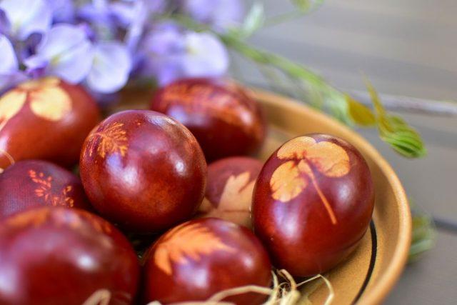 Barvení vajec cibulí
