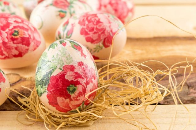 Decoupage barvení vajíček ubrouskovou metodou
