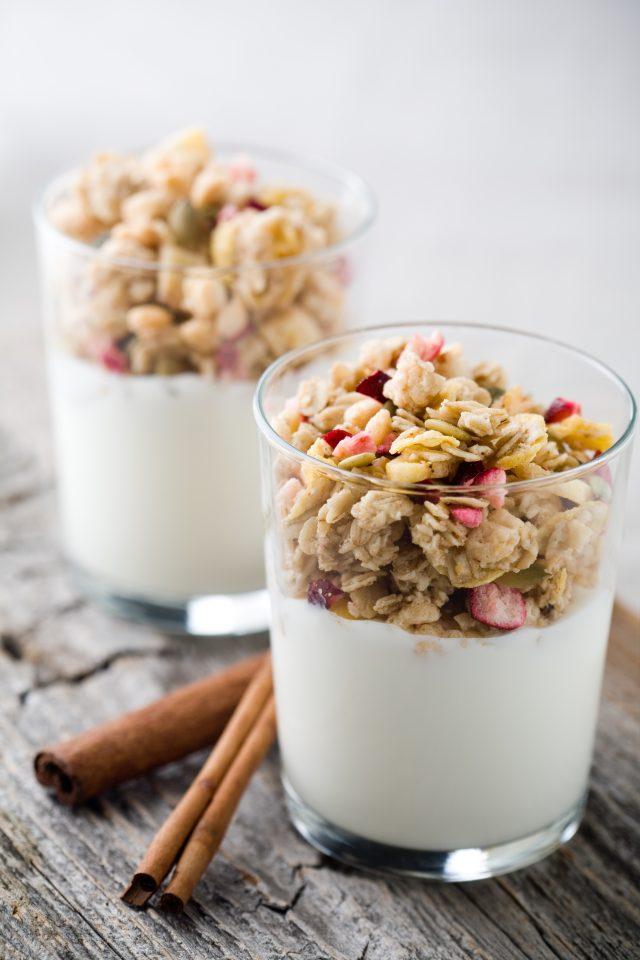 Cereálie s jogurtem zdravá snídaně