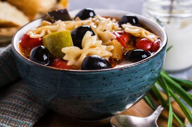 Těstoviny s rajčatovou omáčkou a olivami