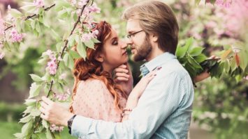 Tradiční polibek pod rozkvetlou třešní na 1. máje