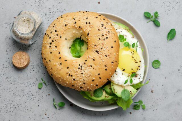 Plněný bagel avokádem a sázeným vejcem