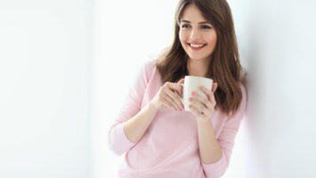Pití kávy a žluté zuby